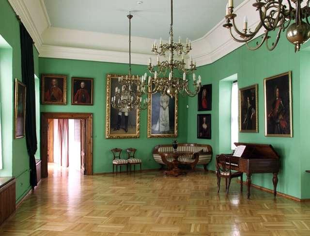 Portret dworski XVIII-XIX wieku - wystawa stała.  - full image