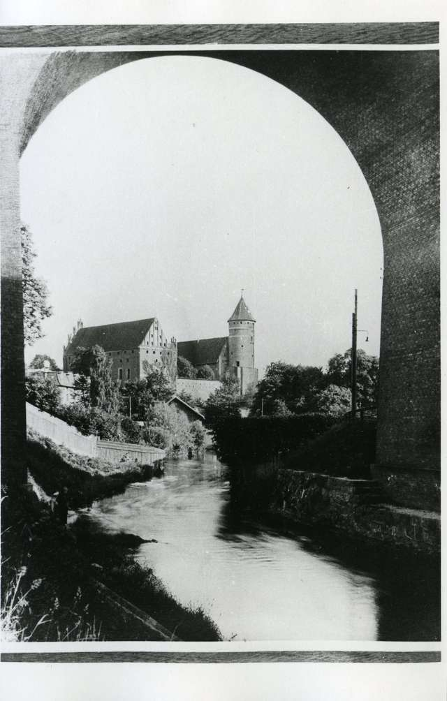 Zamek dawniej i dziś na pocztówkach i fotografii - full image