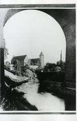 Zamek dawniej i dziś na pocztówkach i fotografii