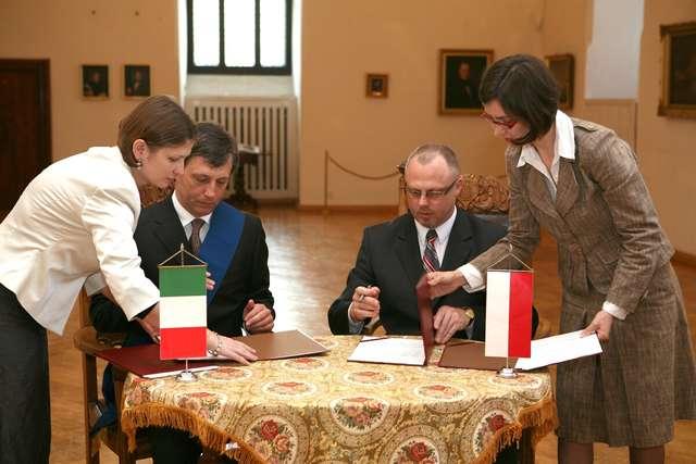 Na olsztyńskim zamku podpisano umowę partnerską pomiędzy Województwem Warmińsko-Mazurskim a Regionem Perugia. - full image