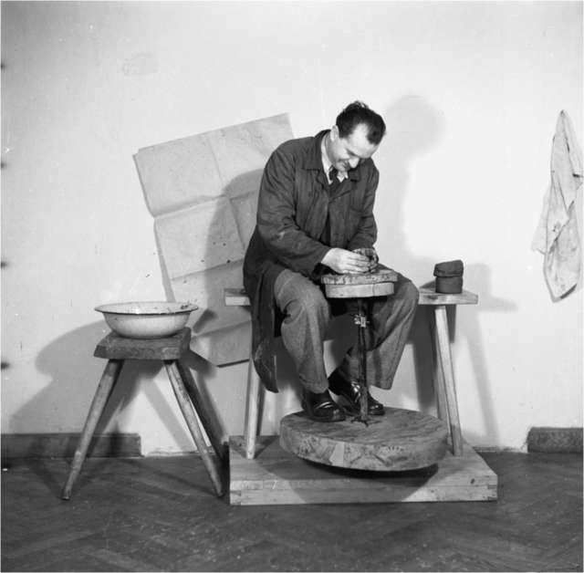 Hieronim Skurpski (1913–2006), artysta malarz, Mazur spod Działdowa, obejmuje stanowisko kustosza olsztyńskiego zamku. - full image
