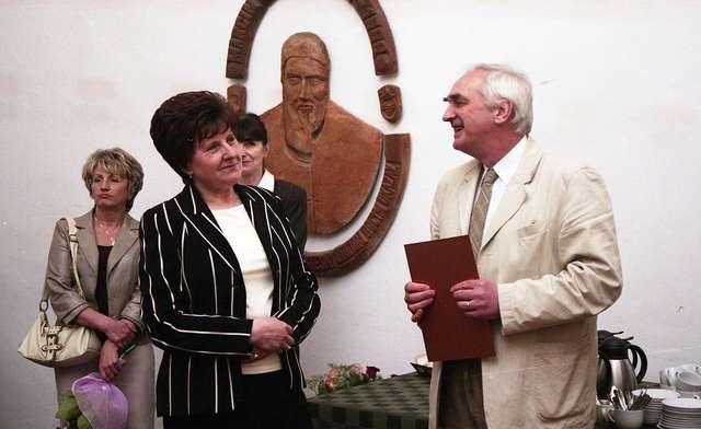 W Sali Kromerowskiej na olsztyńskim zamku odbyło się uroczyste pożegnanie odchodzącej na emeryturę starszej księgowej Krystyny Wróbel. - full image