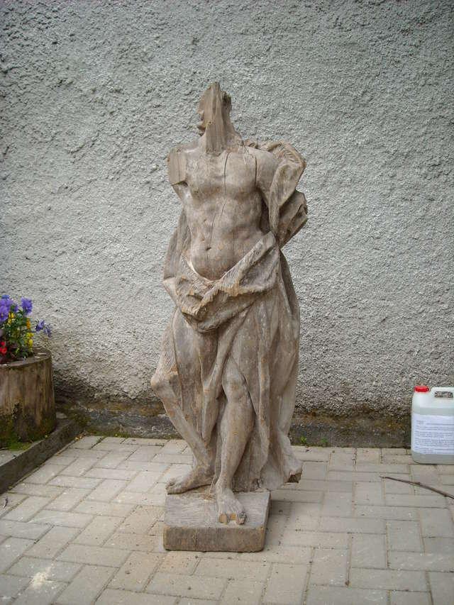 Ekipa muzealna otrzymała od ks. proboszcza Piotra Mendrocha trzy późnobarokowe figury sakralne. - full image