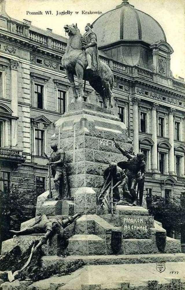 Przywieziono i rozładowano na Polach Grunwaldu kamienie z Pomnika Grunwaldzkiego. - full image