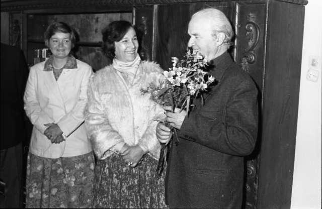 W gabinecie dyrektora Jerzego Sikorskiego uczczono przy herbacie siedemdziesiąte urodziny dyrektora seniora, Hieronima Skurpskiego - full image
