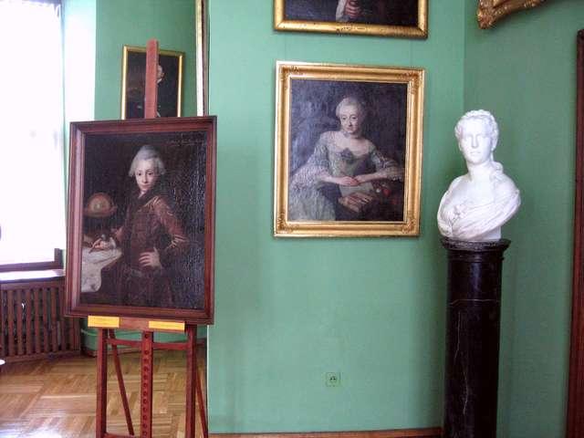 Z Zakładu Konserwacji Elementów i Detali Architektonicznych Uniwersytetu Mikołaja Kopernika w Toruniu odebrano marmurowe popiersie młodej kobiety. - full image