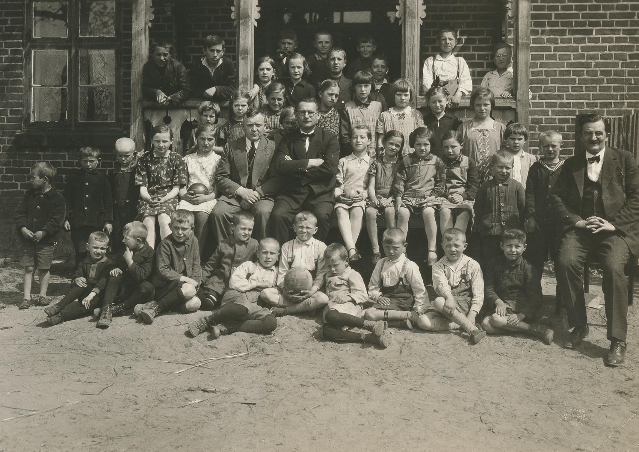 http://m.wmwm.pl/2015/06/orig/uczniowie-szkol-polskich-z-nauczycielami-boleslawem-jeziolowiczem-bronislawem-chabowskim-i-wiktorem-bina-woryty-1933-rok-4452.jpg