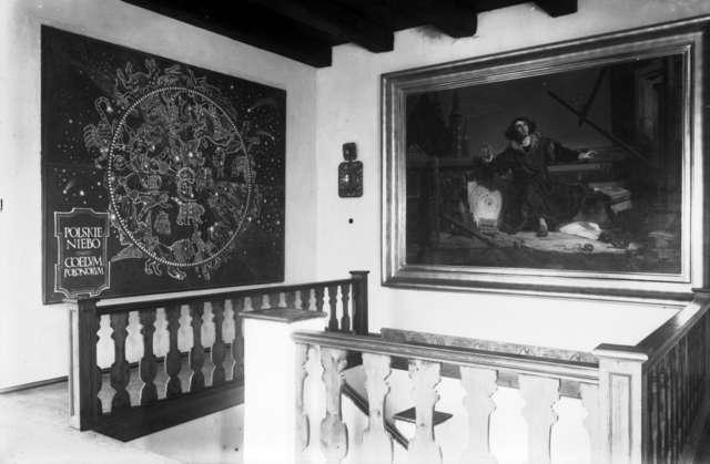 Utworzone w 1948 r. Muzeum Mikołaja Kopernika we Fromborku wkrótce potem zostało podporządkowane okręgowemu Muzeum Mazurskiemu w Olsztynie. - full image