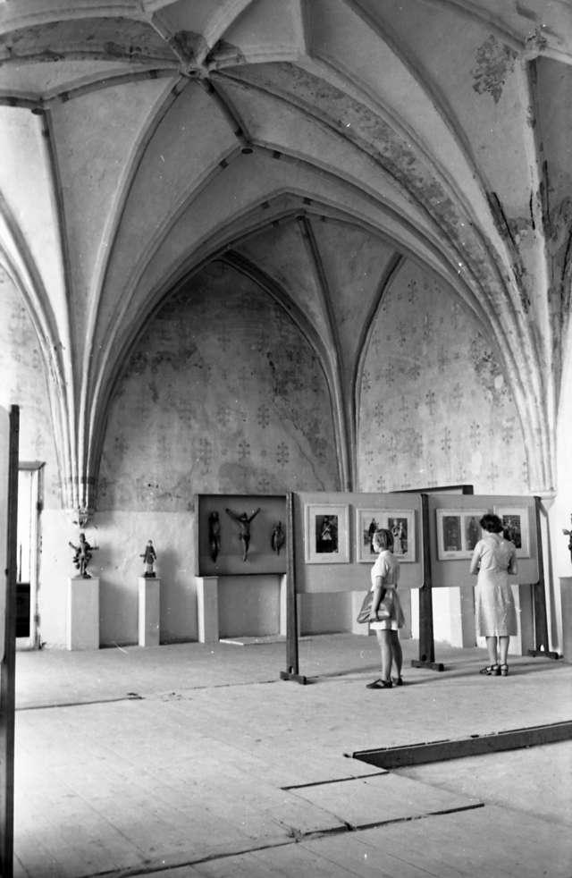 Alojzy Kuraczyk, wybitny fachowiec w dziedzinie fotografowania zabytków,w ramach dokumentowania działalności Muzeum Mazurskiego w regionie, odwiedził dawną rezydencję biskupów w Lidzbark Warmińskim.  - full image