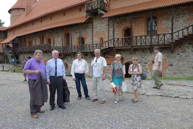 Ekipa w drodze na wernisaż - full image