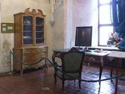 Józef Judziński, dyrektor Archiwum Państwowego w Olsztynie, odwiedził wystawę pt.: Ignacy Krasicki ostatni z wielkich mieszkańców zamku lidzbarskiego.