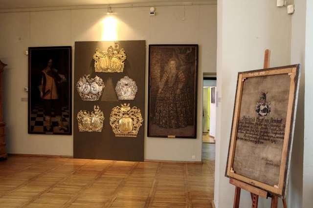 Otwarcie w Morągu wystawy  Z herbem w tle. Portrety i kartusze herbowe ze zbiorów MWiM w Olsztynie. - full image