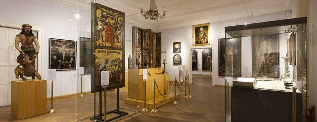 Wystawa: Olsztyńskie muzealia w Polsce i na świecie.  Muzeum Warmii i Mazur w Olsztynie - zamek. - full image