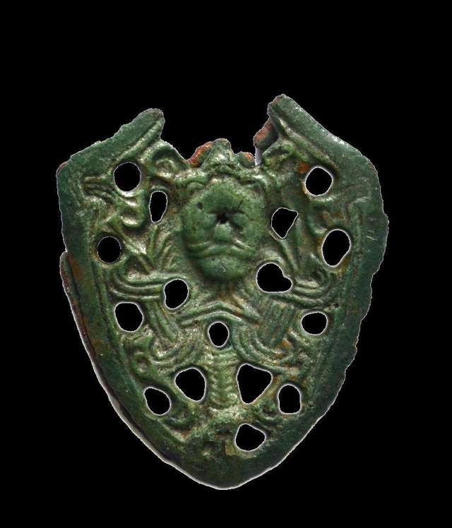 Wczesnośredniowieczny trzewik (dolne okucie pochwy miecza) z wizerunkiem Odyna.  - full image