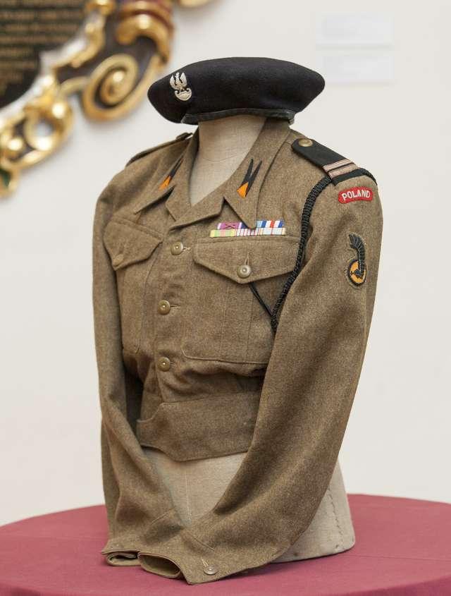 Jednodniowy pokaz - mundur żołnierza 1 Polskiej Dywizji Pancernej - full image