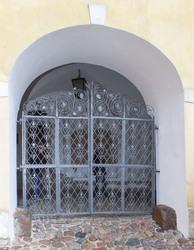 Renesansowa krata w zamkowej bramie