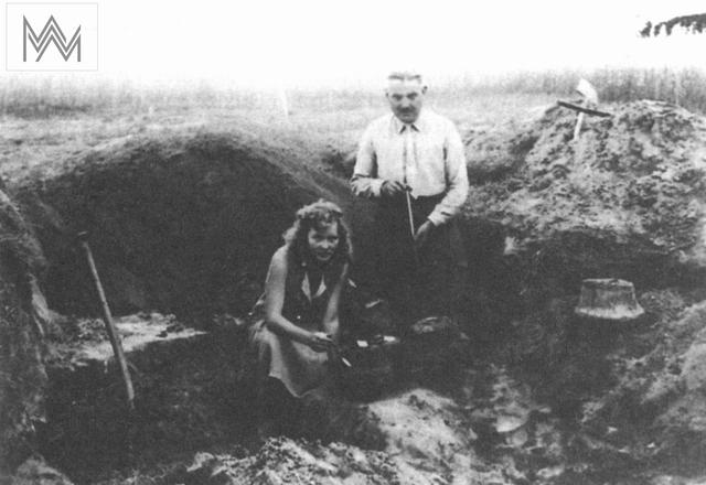 Leonhard Fromm wraz z córką Margarethe podczas wykopalisk na cmentarzysku w Worytach/Woritten (1932). Wg: S. Piechocki 2002, Olsztyn magiczny, Olsztyn. - full image