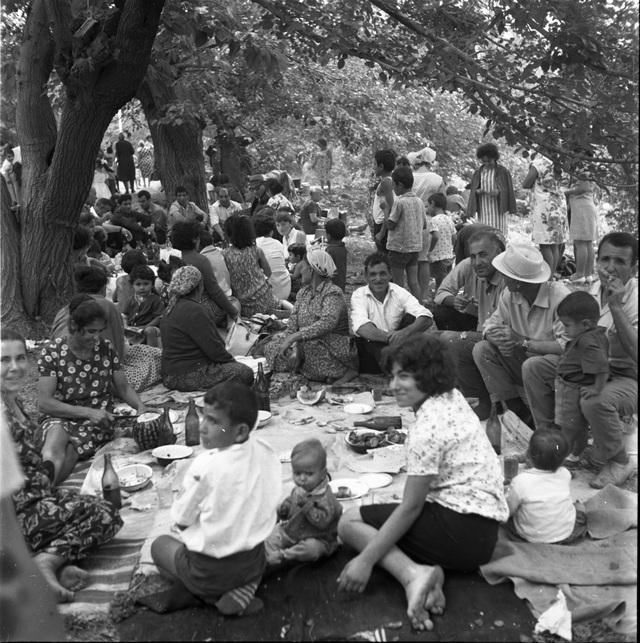 Spotkanie rodzinne. Kaukaz, lata 80. Fot. Ryszard Czerniewski. - full image