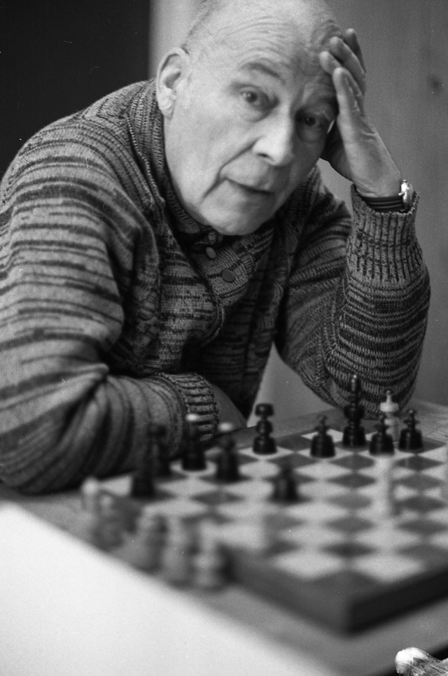 Gra w szachy. Lata 70, fot. Ryszard Czerniewski. - full image
